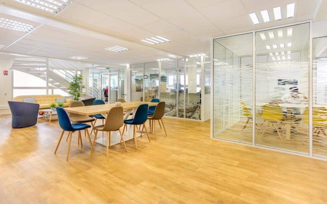 Aménagement intérieur des bureaux : pourquoi rénover son immobilier d'entreprise avec des cloisons en verre ?